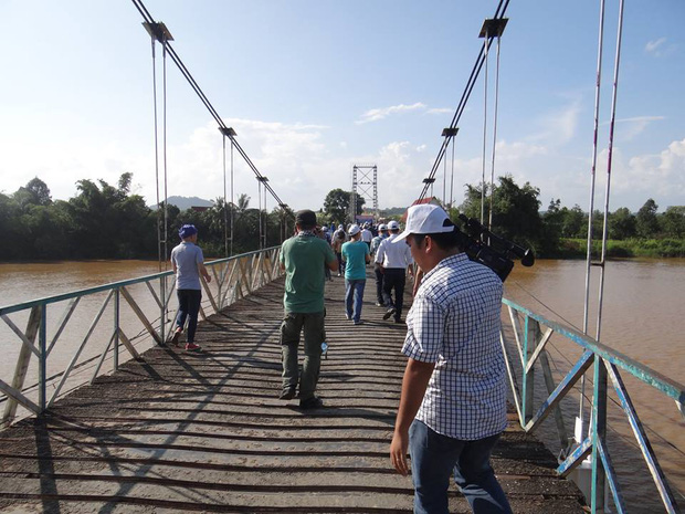 Sập cầu treo ở Đồng Nai, nhiều người rơi xuống sông - Ảnh 2.