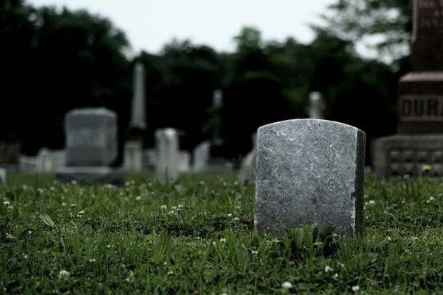Bị xác chết béo phì rơi trúng, nhân viên tang lễ bị thương nặng ở chân - Ảnh 2.