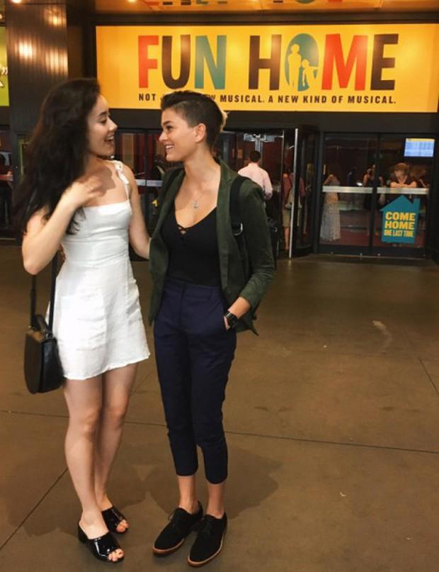 Nụ hôn của cặp đồng tính nữ giữa đường phố New York gây bão mạng xã hội - Ảnh 2.