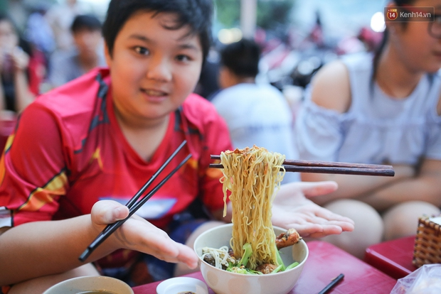 Mì bay - chứ không phải là Mì cay nhé - mới là món ăn hot nhất Sài Gòn bây giờ - Ảnh 11.