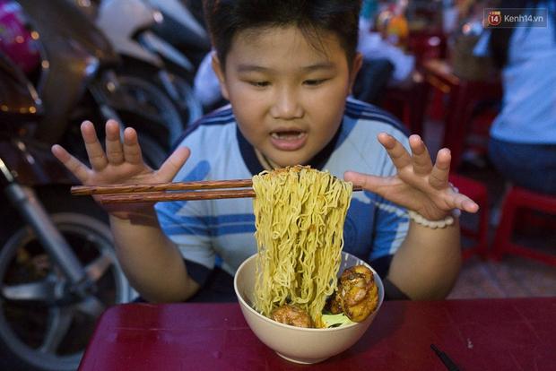 Mì bay - chứ không phải là Mì cay nhé - mới là món ăn hot nhất Sài Gòn bây giờ - Ảnh 9.