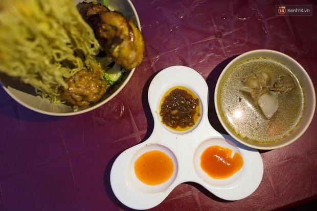 Mì bay - chứ không phải là Mì cay nhé - mới là món ăn hot nhất Sài Gòn bây giờ - Ảnh 14.