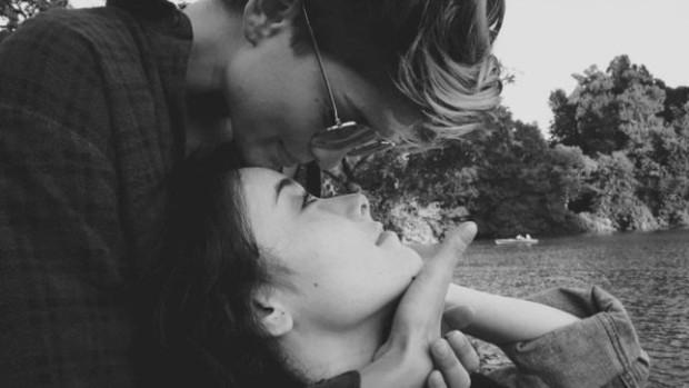 Nụ hôn của cặp đồng tính nữ giữa đường phố New York gây bão mạng xã hội - Ảnh 3.