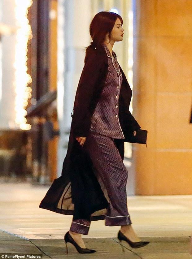 Selena Gomez chứng minh: Đã đẹp thì mặc đồ ngủ ra đường cũng đẹp! - Ảnh 1.