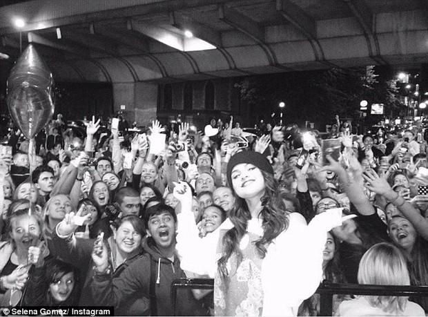 Selena Gomez chứng minh: Đã đẹp thì mặc đồ ngủ ra đường cũng đẹp! - Ảnh 7.