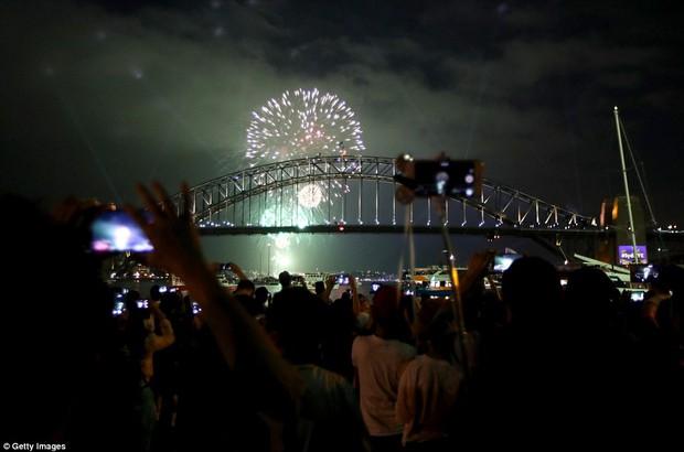 Chùm ảnh: Mãn nhãn với màn trình diễn pháo hoa rực rỡ năm mới 2017 tại Australia và New Zealand - Ảnh 3.