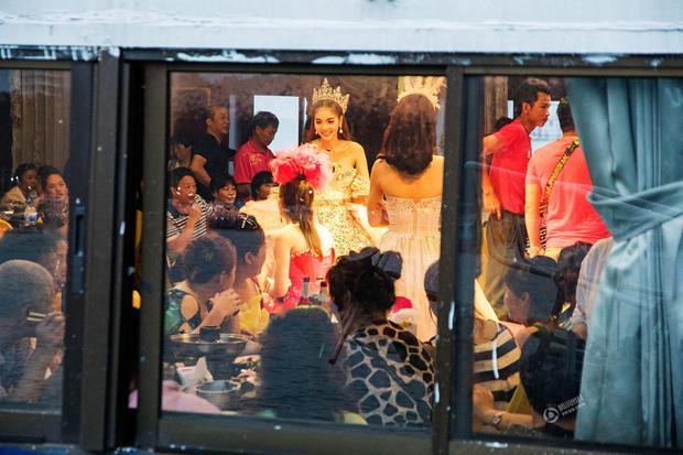 Chỉ cần chưa tới 15.000 đồng là có thể thỏa thuê sờ mó các người đẹp chuyển giới Thái Lan - Ảnh 2.
