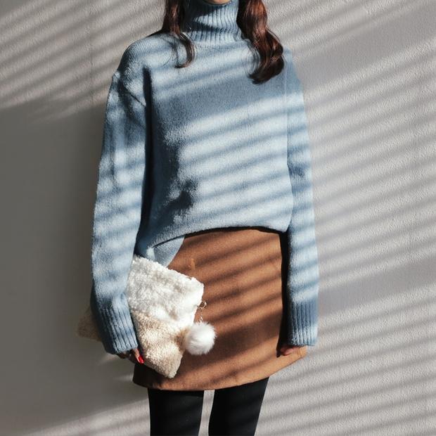 Mùa của những chiếc áo len cổ lọ đã đến, và đây là 7 cách diện thật chuẩn item này - Ảnh 22.