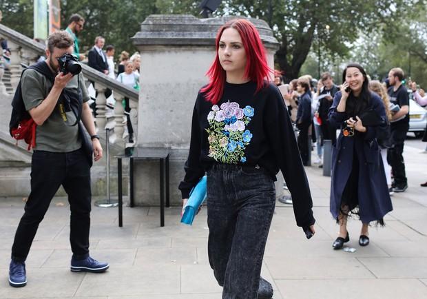 Fashionista thế giới náo loạn vì tóc nhuộm neon cùng mái siêu ngắn chẳng giống ai - Ảnh 5.