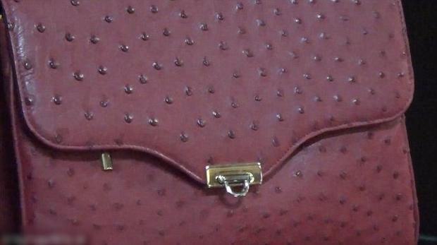 Video: Những hình ảnh ghê rợn về quá trình lột da đà điểu làm túi hàng hiệu - Ảnh 8.