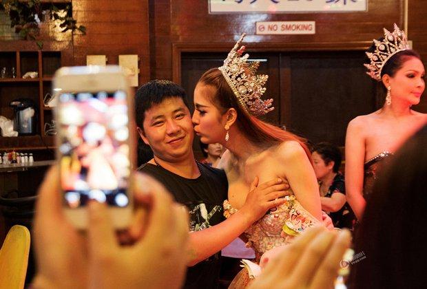 Chỉ cần chưa tới 15.000 đồng là có thể thỏa thuê sờ mó các người đẹp chuyển giới Thái Lan - Ảnh 5.