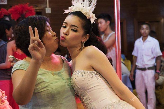 Chỉ cần chưa tới 15.000 đồng là có thể thỏa thuê sờ mó các người đẹp chuyển giới Thái Lan - Ảnh 4.