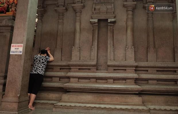 Úp mặt trò chuyện với tường đá trong ngôi đền Ấn giáo trăm năm tuổi ở Sài Gòn - Ảnh 6.