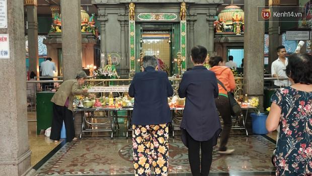Úp mặt trò chuyện với tường đá trong ngôi đền Ấn giáo trăm năm tuổi ở Sài Gòn - Ảnh 4.