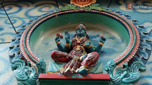 Úp mặt trò chuyện với tường đá trong ngôi đền Ấn giáo trăm năm tuổi ở Sài Gòn - Ảnh 5.