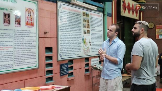 Úp mặt trò chuyện với tường đá trong ngôi đền Ấn giáo trăm năm tuổi ở Sài Gòn - Ảnh 3.