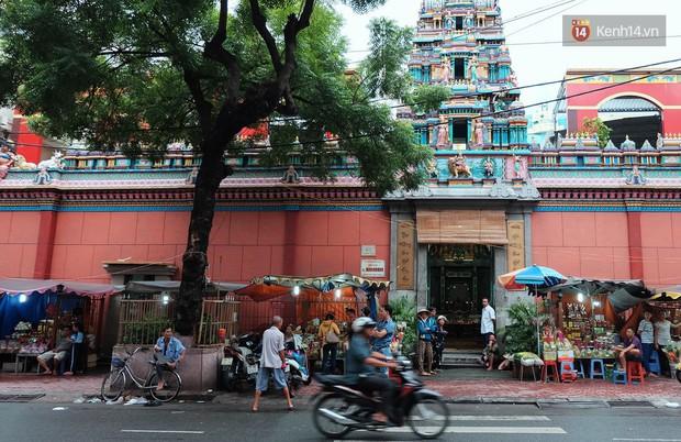 Úp mặt trò chuyện với tường đá trong ngôi đền Ấn giáo trăm năm tuổi ở Sài Gòn - Ảnh 1.