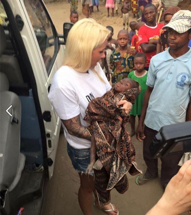 Bức ảnh đau lòng về cậu bé bị bỏ đói đến suýt chết trên đường phố Nigeria - Ảnh 2.