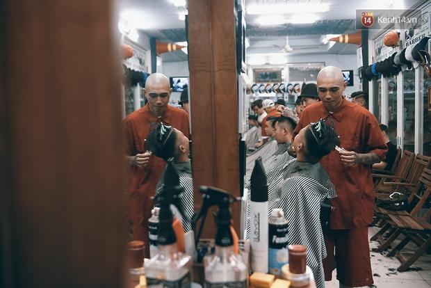 Khám phá tiệm cắt tóc chất chơi nhất Sài Gòn của những chàng barber xăm trổ đầy mình - Ảnh 5.
