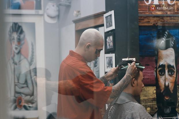 Khám phá tiệm cắt tóc chất chơi nhất Sài Gòn của những chàng barber xăm trổ đầy mình - Ảnh 13.