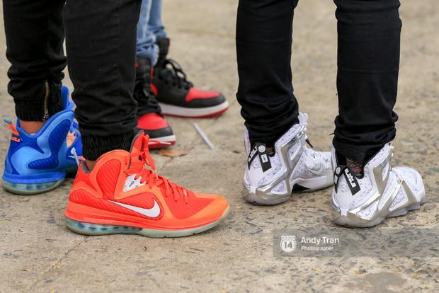 Khó mà tin được, hàng nghìn bạn trẻ Sài Gòn này tụ tập lại chỉ để... ngắm và mua giày Sneaker - Ảnh 4.