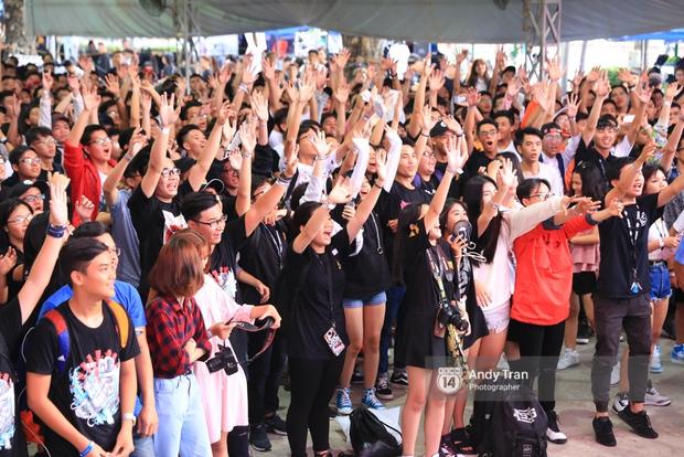Khó mà tin được, hàng nghìn bạn trẻ Sài Gòn này tụ tập lại chỉ để... ngắm và mua giày Sneaker - Ảnh 1.