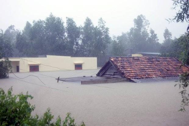 Chùm ảnh: Những hình ảnh nhói lòng về mưa lũ kinh hoàng ở miền Trung - Ảnh 3.