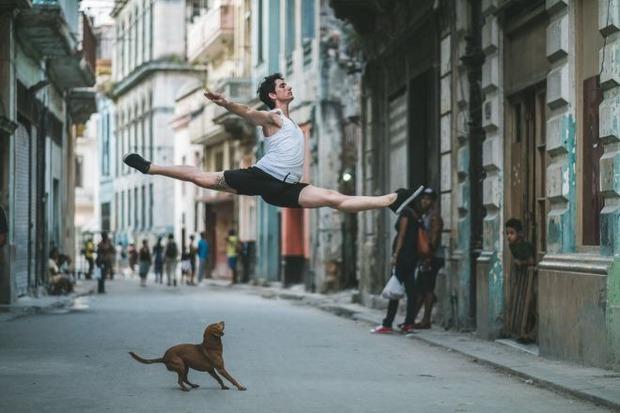 Chùm ảnh đẹp mê hồn về những nghệ sĩ múa ballet trên đường phố Cuba - Ảnh 8.