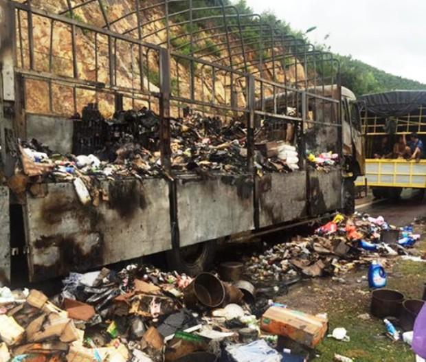 Người hôi của xe tải chở hàng sau vụ cháy có thể bị xử lý hình sự - Ảnh 1.