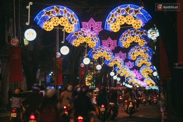 Sài Gòn đã thay đổi cách trang trí đường phố dịp Tết như thế nào trong 5 năm qua? - Ảnh 15.