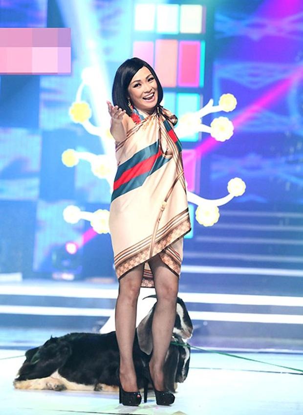 Phục sát đất tài biến khăn thành váy áo của sao Việt - Ảnh 12.