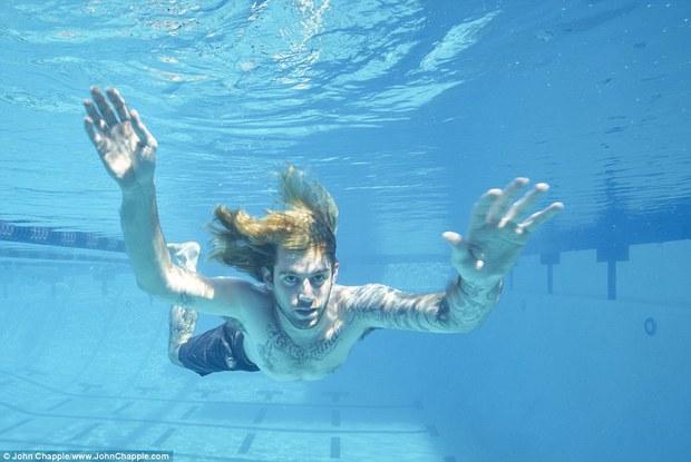 Sau 25 năm, cậu bé trong bể bơi nổi tiếng ngày nào đã chụp bức ảnh để đời thứ ba! - Ảnh 1.