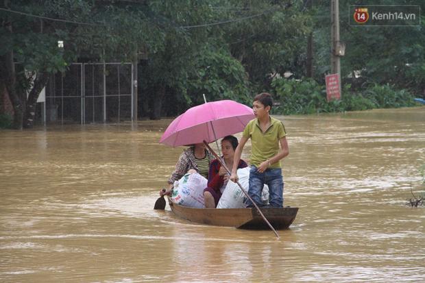 Chùm ảnh: Những hình ảnh nhói lòng về mưa lũ kinh hoàng ở miền Trung - Ảnh 10.