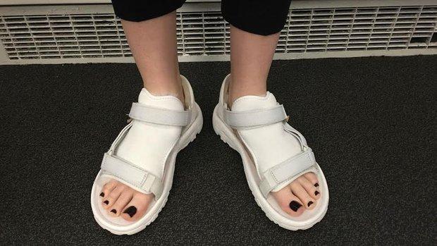 Không liên quan nhưng đây đúng là thảm họa sandal xấu nhất thế giới - Ảnh 2.