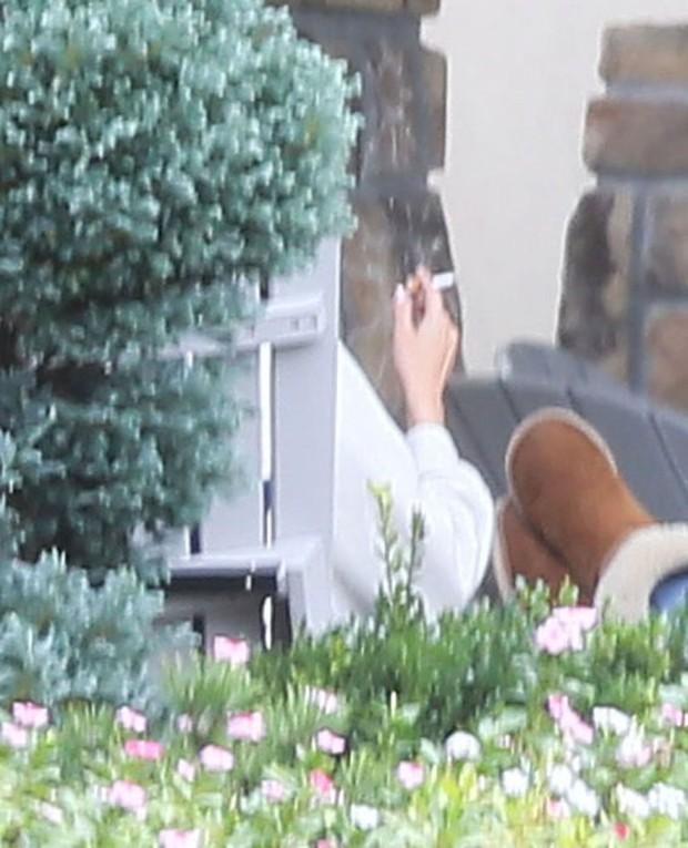 Selena Gomez bị bắt gặp hút thuốc phì phèo bên ngoài trung tâm cai nghiện - Ảnh 2.