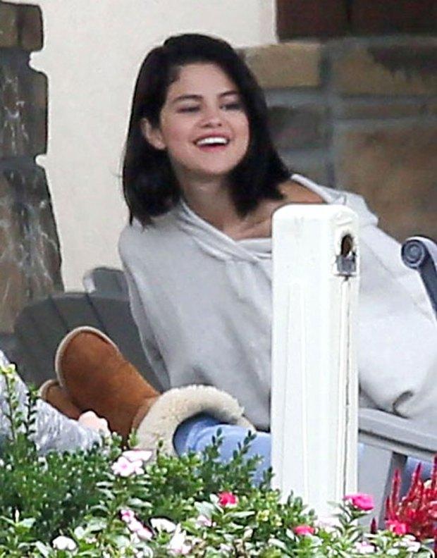 Selena Gomez bị bắt gặp hút thuốc phì phèo bên ngoài trung tâm cai nghiện - Ảnh 7.