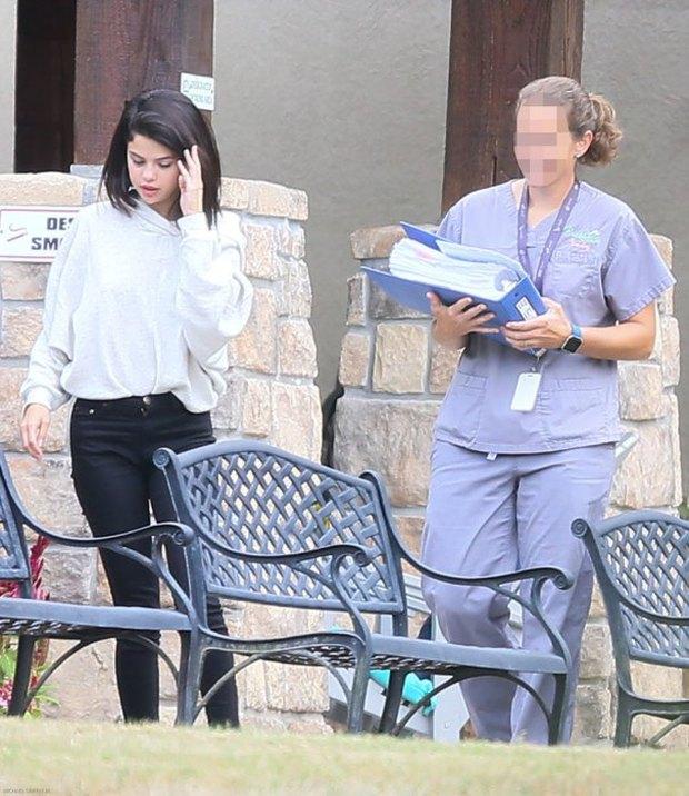 Selena Gomez bị bắt gặp hút thuốc phì phèo bên ngoài trung tâm cai nghiện - Ảnh 6.