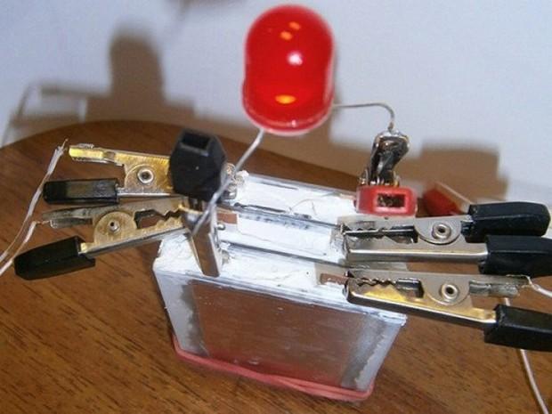 Có loại pin chạy liên tục 12 năm, không cần lo sạc điện thoại mỗi ngày - Ảnh 2.