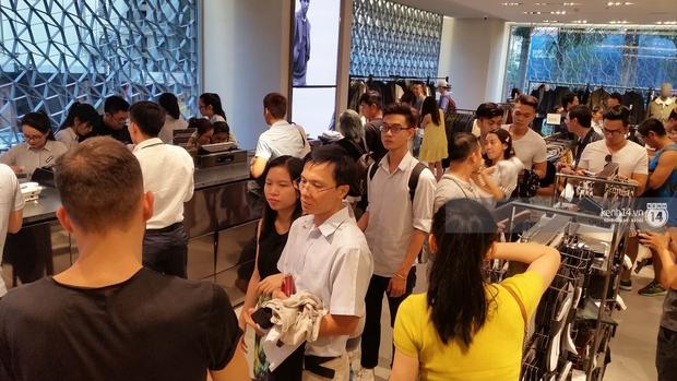 Gần đến giờ đóng cửa, store Zara Việt Nam vẫn đông nghịt, từng hàng dài chờ thanh toán hóa đơn cả chục triệu - Ảnh 6.