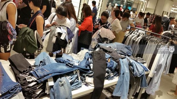 Gần đến giờ đóng cửa, store Zara Việt Nam vẫn đông nghịt, từng hàng dài chờ thanh toán hóa đơn cả chục triệu - Ảnh 14.