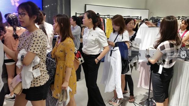Gần đến giờ đóng cửa, store Zara Việt Nam vẫn đông nghịt, từng hàng dài chờ thanh toán hóa đơn cả chục triệu - Ảnh 2.