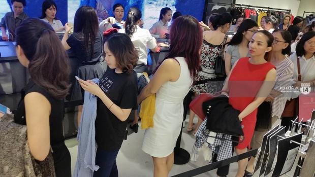 Gần đến giờ đóng cửa, store Zara Việt Nam vẫn đông nghịt, từng hàng dài chờ thanh toán hóa đơn cả chục triệu - Ảnh 11.