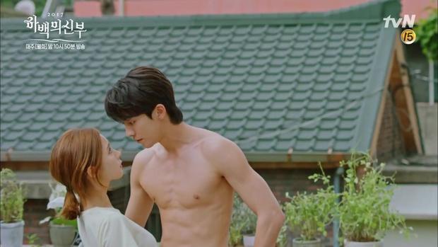 """Tập 4 """"Cô dâu thủy thần"""": Được 2 mĩ nữ sexy cỡ này theo đuổi, ai cũng ghen tị với """"Thủy thần"""" Nam Joo Hyuk! - Ảnh 12."""