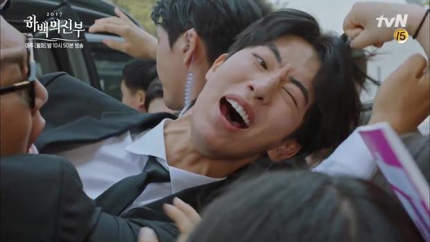 """Tập 4 """"Cô dâu thủy thần"""": Được 2 mĩ nữ sexy cỡ này theo đuổi, ai cũng ghen tị với """"Thủy thần"""" Nam Joo Hyuk! - Ảnh 18."""