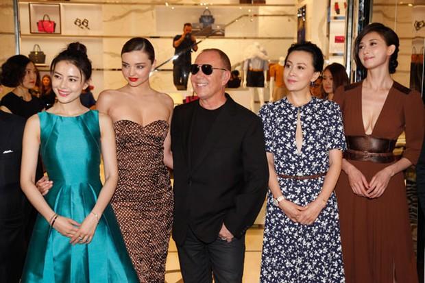 Mỹ nhân Cbiz - Hollywood đọ sắc: Lưu Diệc Phi kém sang bên Gigi Hadid, Phạm Băng Băng sắc sảo không thua Blake Lively - Ảnh 13.