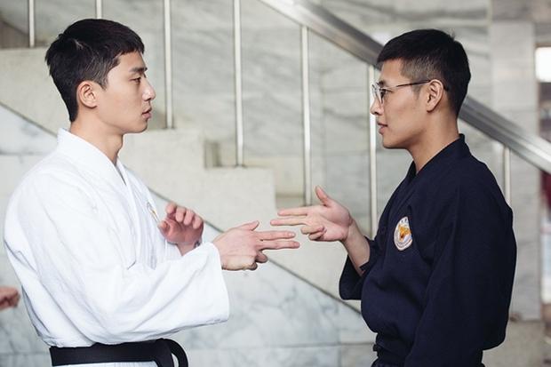 """Park Seo Joon """"cặp"""" Kang Ha Neul, trở thành cảnh sát tập sự """"phá làng xóm"""" - Ảnh 6.  Park Seo Joon cùng Kang Ha Neul, trở thành cảnh sát tập sự """"phá làng xóm"""" 004 1501044180421"""