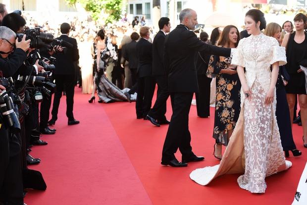 Không thua chị kém em, Lý Nhã Kỳ lộng lẫy như bà hoàng trên thảm đỏ khai màn LHP Cannes 2017 - Ảnh 1.