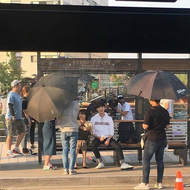Suzy tựa đầu vào vai Lee Jong Suk làm nũng khiến fan sốt ruột hóng phim - Ảnh 2.
