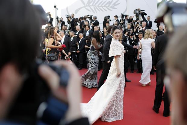 Không thua chị kém em, Lý Nhã Kỳ lộng lẫy như bà hoàng trên thảm đỏ khai màn LHP Cannes 2017 - Ảnh 4.