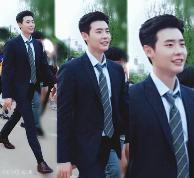 Suzy tựa đầu vào vai Lee Jong Suk làm nũng khiến fan sốt ruột hóng phim - Ảnh 3.